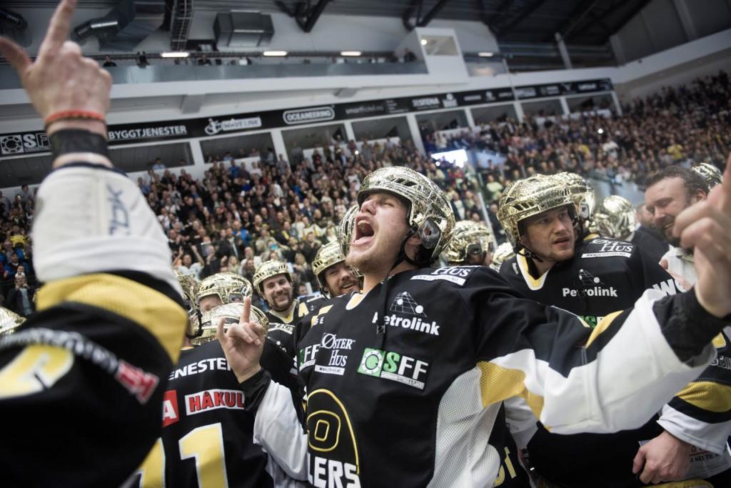 Oilers og Tommy Kristiansen kunne slippe jubelen løs etter å ha slått Vålerenga 4-2 i kamper i NM-finalen i ishockey.