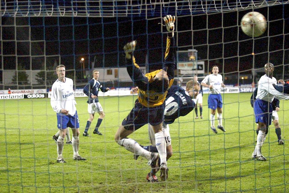 Erik Nevland scorer mot Chelsea.
