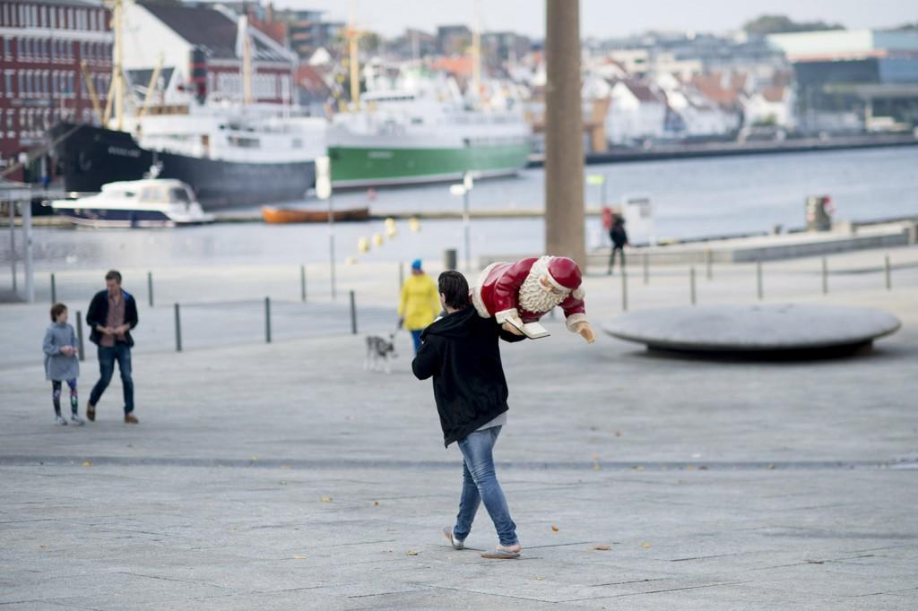 Det er fortsatt lenge igjen til jul, men denne karen tok nissen sin og gikk. Stavanger, oktober 2014